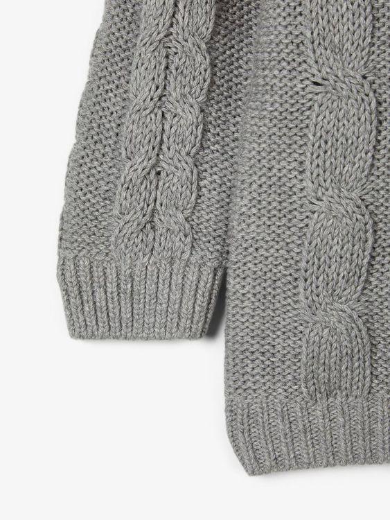 Så fin kabelstickad tröja i ekologisk bomull från Name it med rund hals och knappknäppning på ena axeln. Material: 100% Ekologisk Bomull  Färg: Grå   Ekologisk Bomull odlas utan användning av skadliga