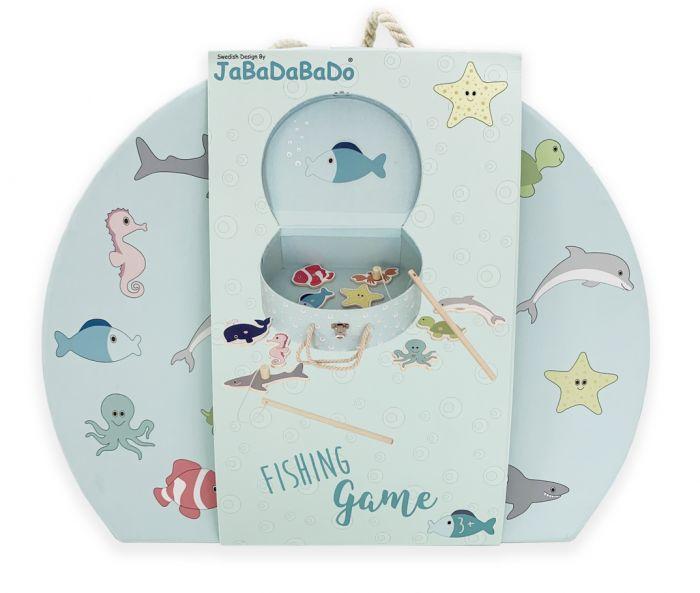 Fiskespelet från Jabadabado är ett roligt spel för de små barnen. Spelet är tillverkat i trä och kommer i en fin och praktisk väska. Det finns flera söta små havsdjur i fiskdammen som väntar på att bl