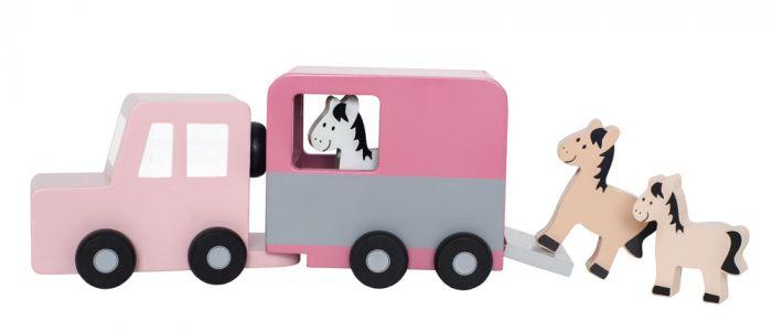Den perfekta presenten för hästtokiga barn! Söt hästtrailer från Jabadabado tillverkad i trä och har tre hästar som man kan sätta in i släpet. Släpet är avtagbart från trailern, så man kan köra runt m