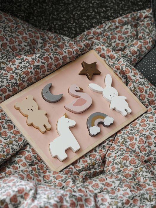 Sött enhörningspussel i trä för de minsta från Jabadabado med sju olika figurer, som är extra greppvänliga för att passa små händer. Det är också roliga att leka med figurerna när de ligger utanför pu