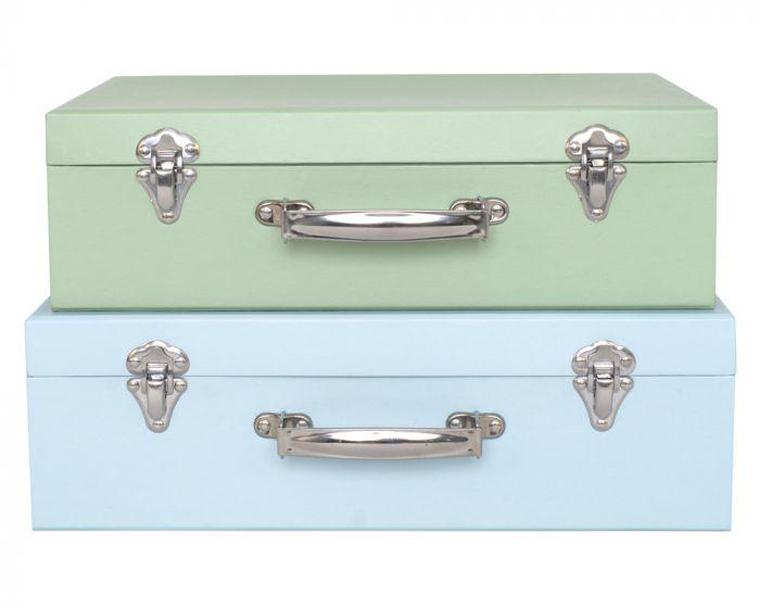 Bedårande koffertar från Jabadabado i fina mjuka blå toner med metallhandtag och två små metallspänne. Koffertarna säljs i 2-pack och kommer i två olika storlekar. Använd dem som en fin inredningsdeta