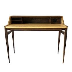 Skrivbord i valnöt och björk