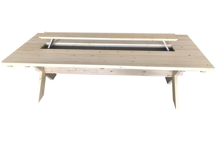 Handgjort träbord för midsommar med islåda och träställ för sill