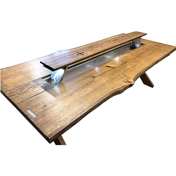 Rustikt utebord i trä med plats för is och flaskor