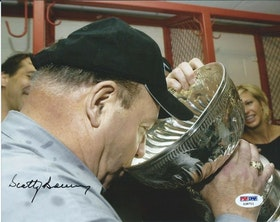 SCOTTY BOWMAN - DETROIT RED WINGS - SIGNERAT FOTO MED COA
