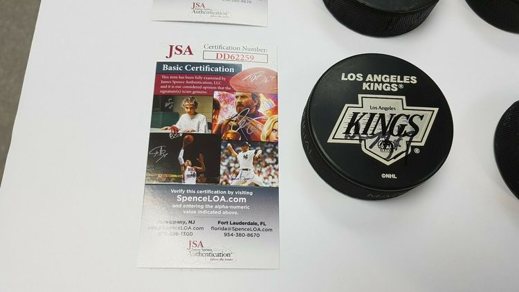 WAYNE GRETZKY - LOS ANGELES KINGS - SIGNERAD PUCK MED COA