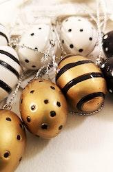Påskägg att hänga i svart,vitt och guld
