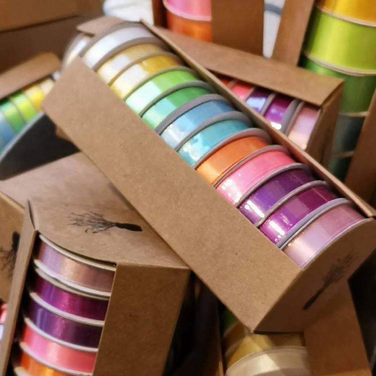 sidenband i box om 12 olika färger a`2 meter per färg.