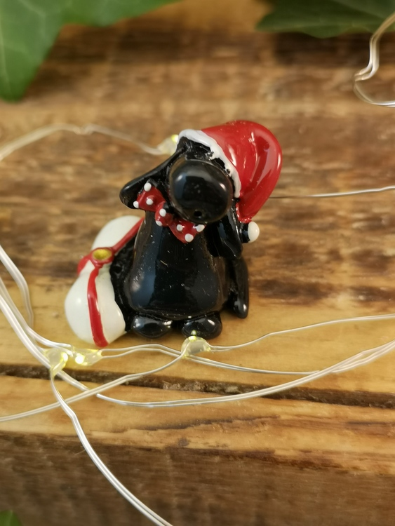 svart labrador i tomteluva i polystone