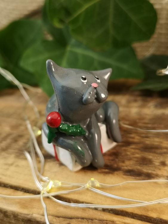 grå katt på paket i polystone