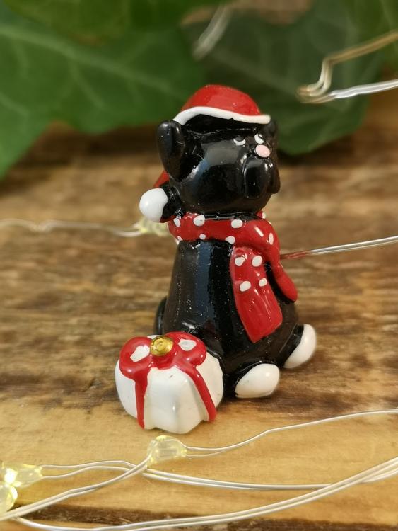 svart katt med julklapp i svensk design