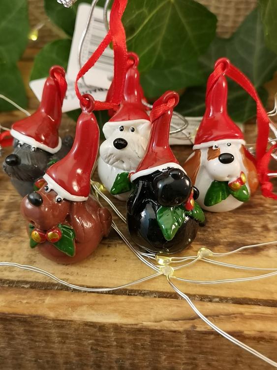 hundar med tomteluvor julgranshänge