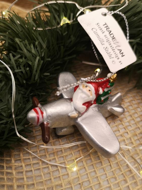 tomte i flygplan som julgranspynt
