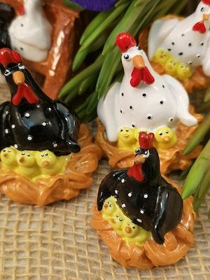 Höna i rede med små kycklingar