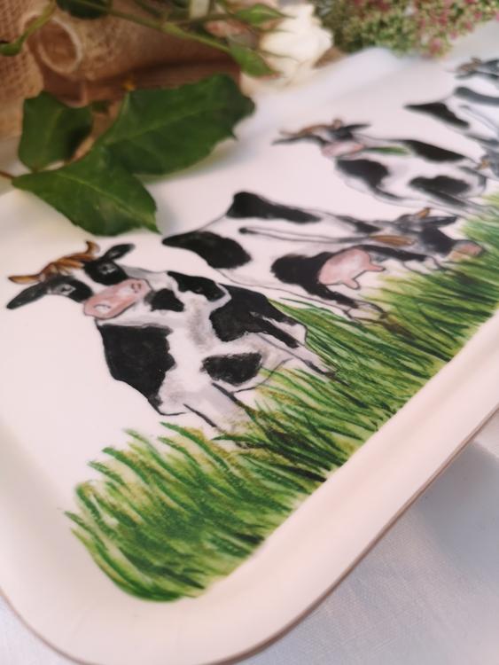 Avlång bricka med kor
