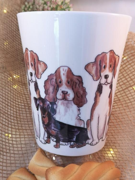 Motiv med hundar på mugg. På bilden syns cocker spaniel, tax och beagle.