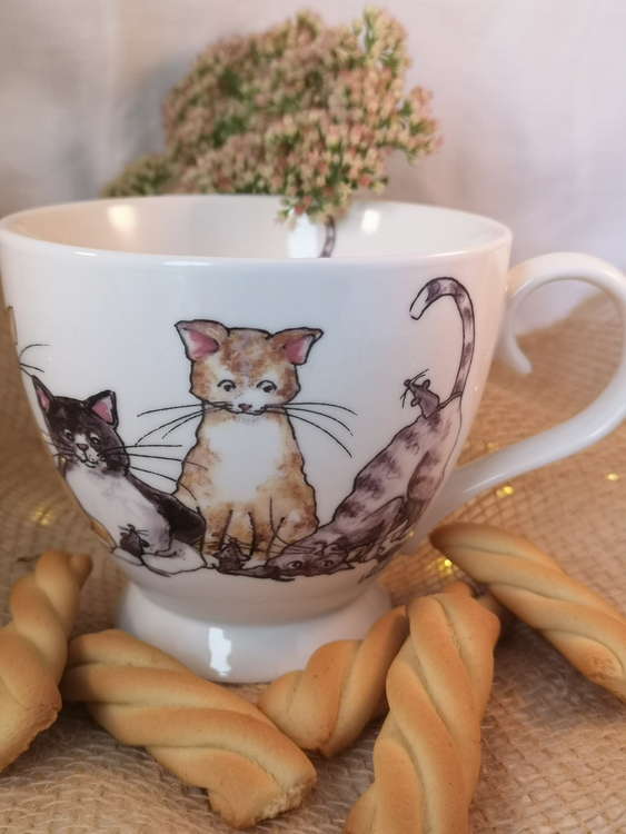 Katter som tittar på möss. Motiv på tekopp i porslin.