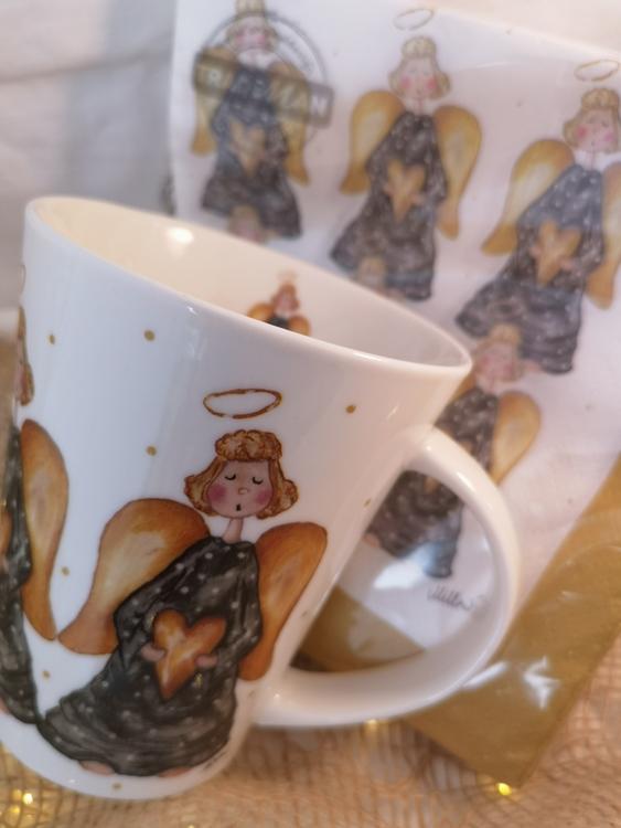 servetter med änglar och mugg med samma motiv