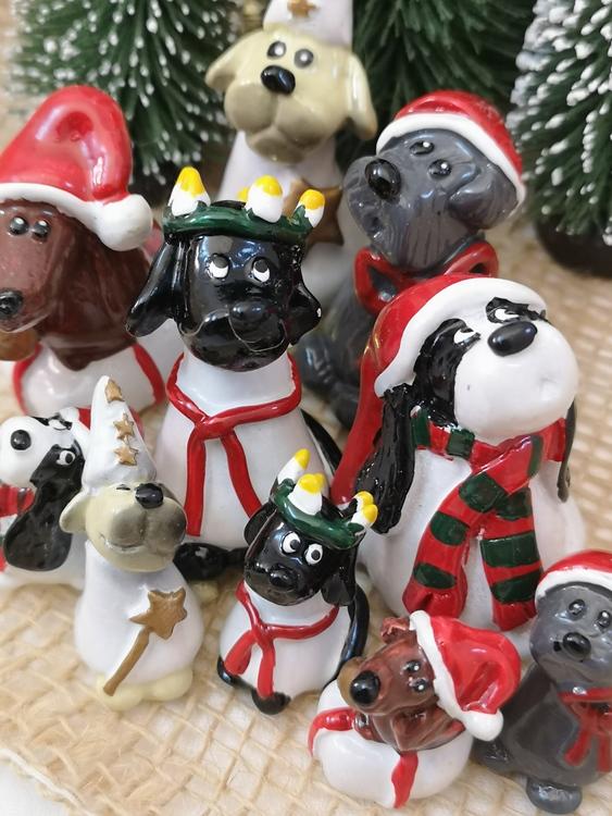 Julfigurer avbildande hundar med luciatema.