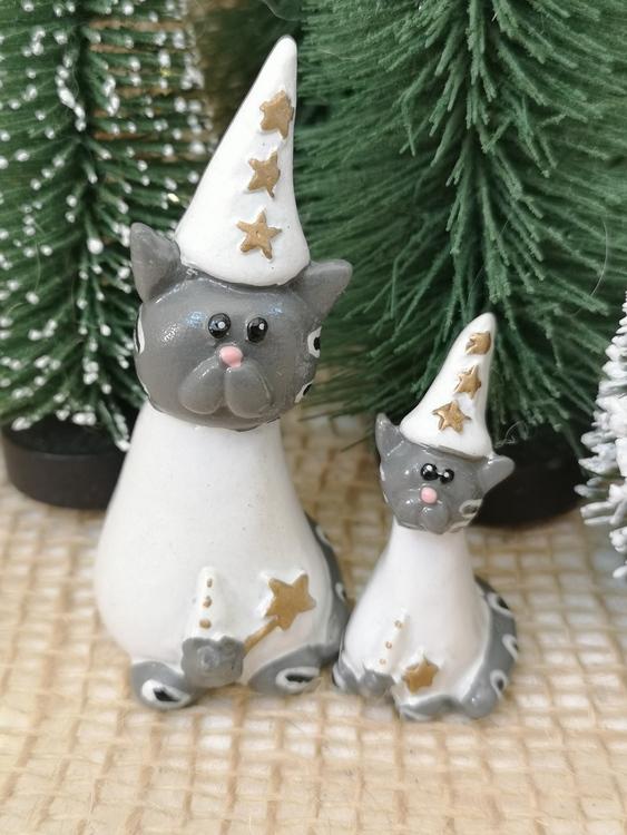 Stjärngossefigurer föreställande två gråa katter i två storlekar.