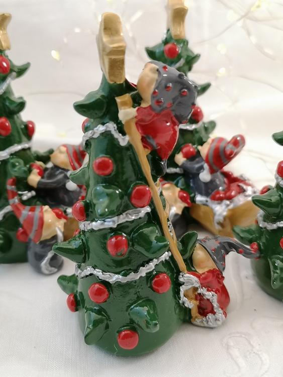Julgran med nissar