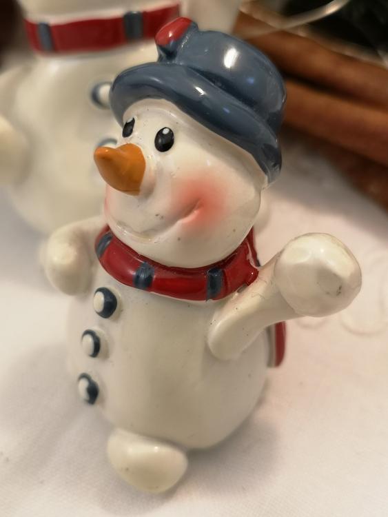 Snögubbe med snöboll