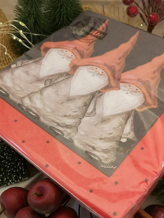 julservetter med tomtar på svart botten