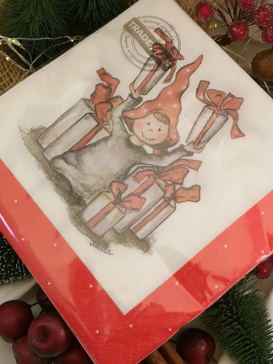 Nisse med paket på julservett