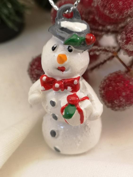Snögubbe och snögumma till granen
