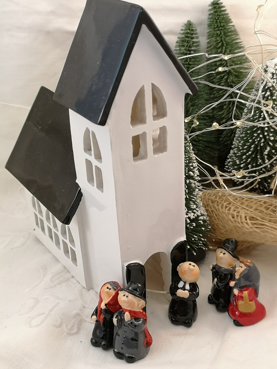 Kyrka med kyrkfolk