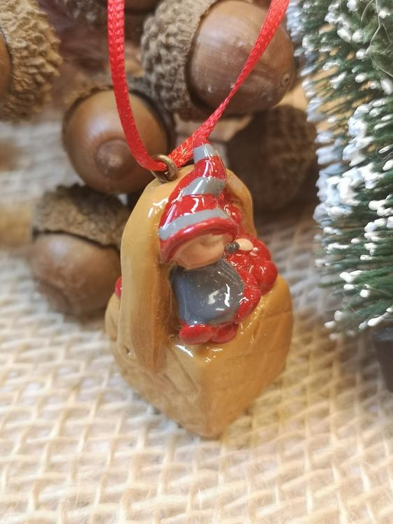 Julgranspynt i form av korg med lingon