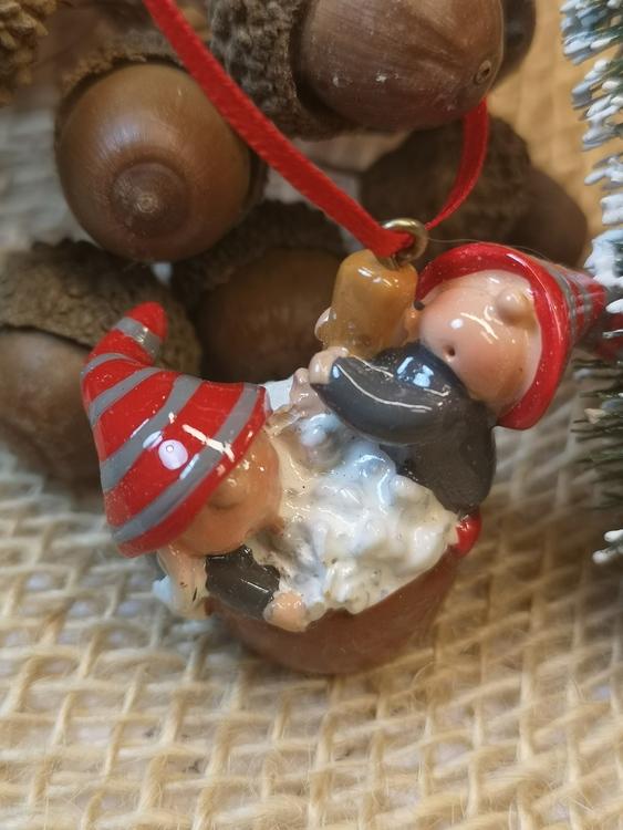 julgranspynt i form av grötfat med tomtenisse