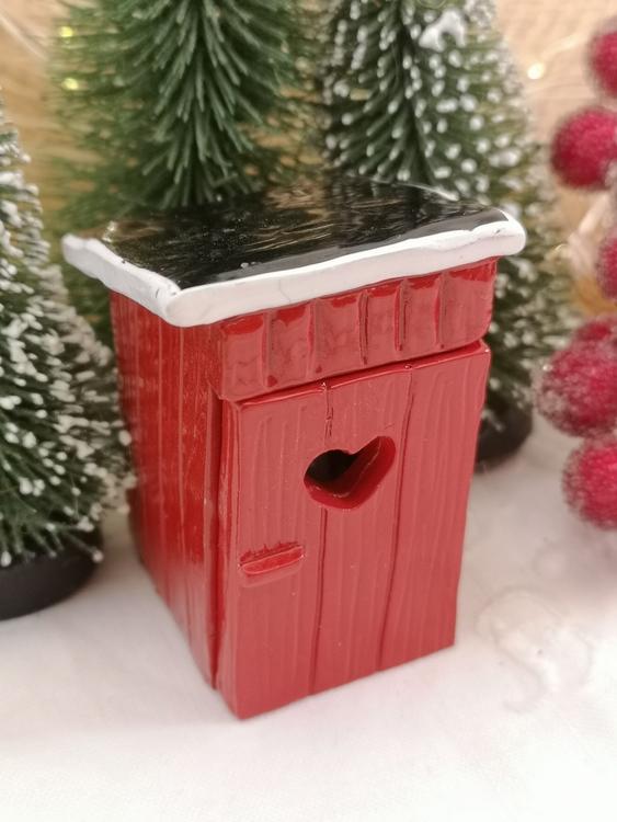 rött utedass med jultomte