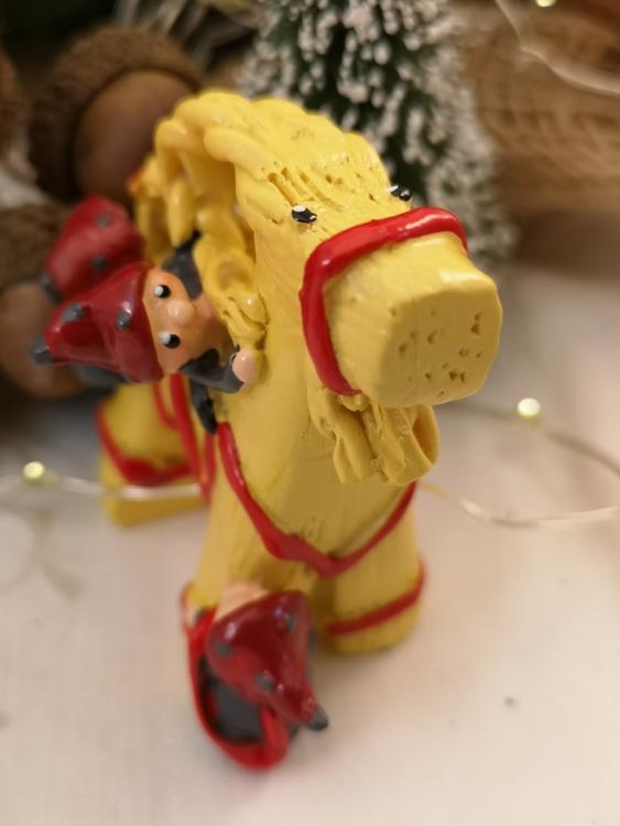 Julbock med tomtenissar i polystone