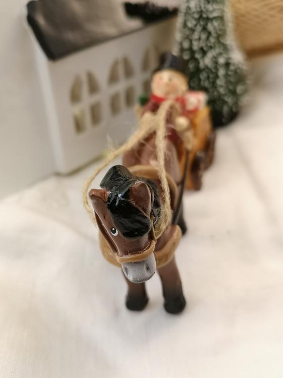julfigur i form av häst och vagn