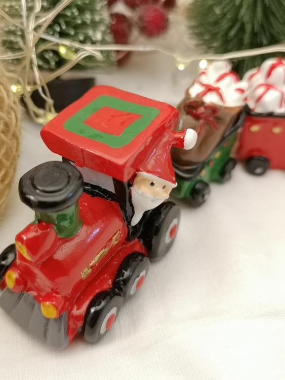 Tåg med två vagnar fulla med julklappar
