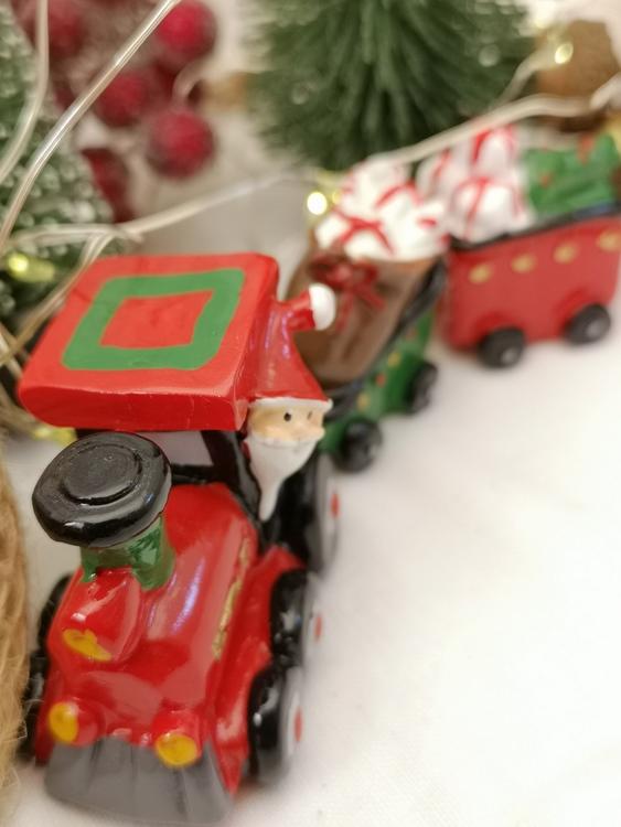 julfigur i form av ett tåg i svensk design