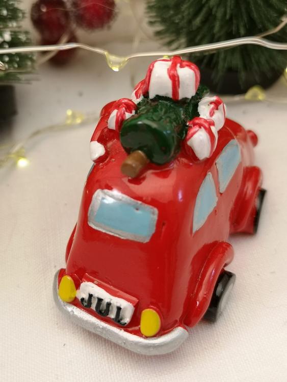 julbil med julgran och paket på taket