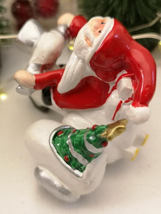 jultomte på moped i polystone