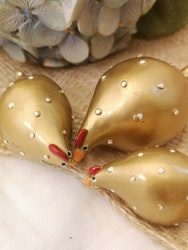 Pickande höna i guld