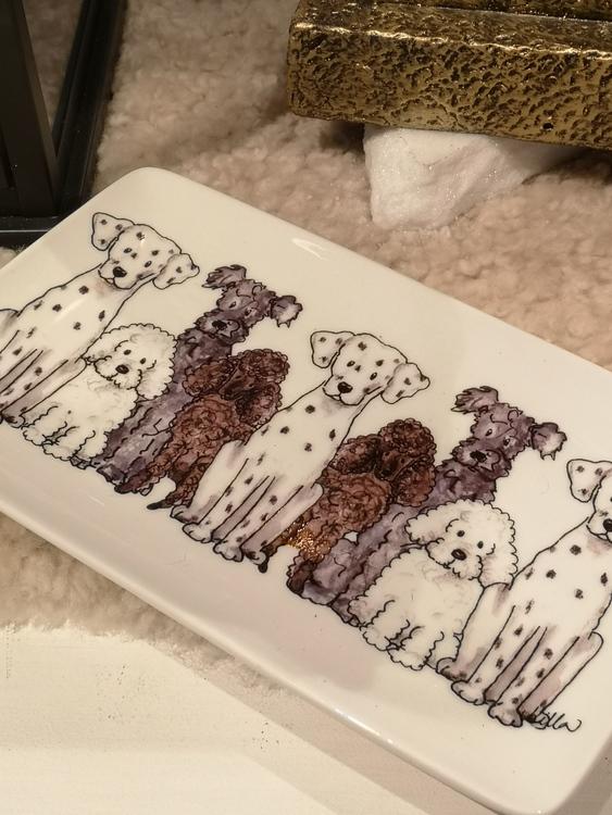 assiett i porslin med hundar i vitt ,brunt och grått