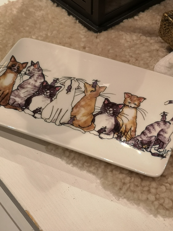 Porslinsassiett med katter i olika färger samt möss.