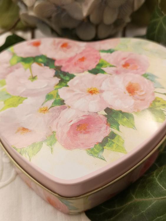 Hjärtformad plåtburk, rosa rosor
