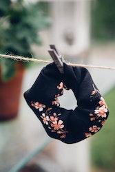 Scrunchie - Svart blommig