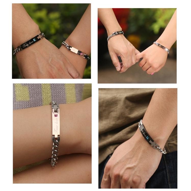 Armband med ingraverad text för kvinnor.