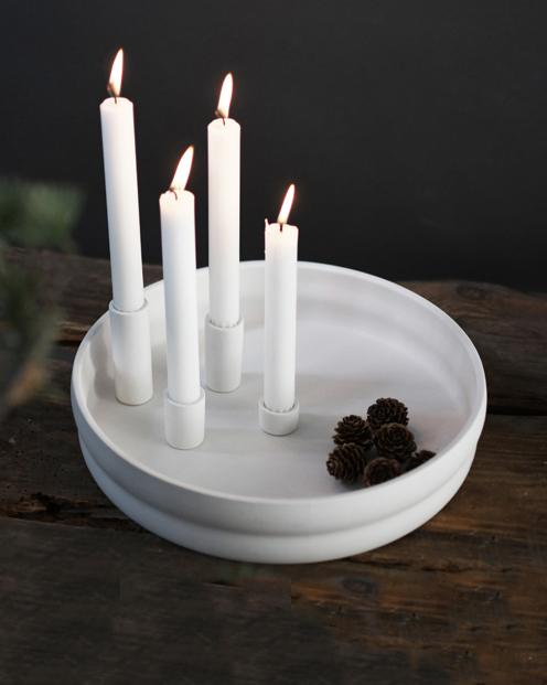 Vit ljusstake i matt keramik med plats för fyra kronljus