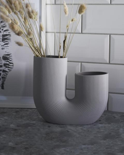 Grå keramikvas i stilren design