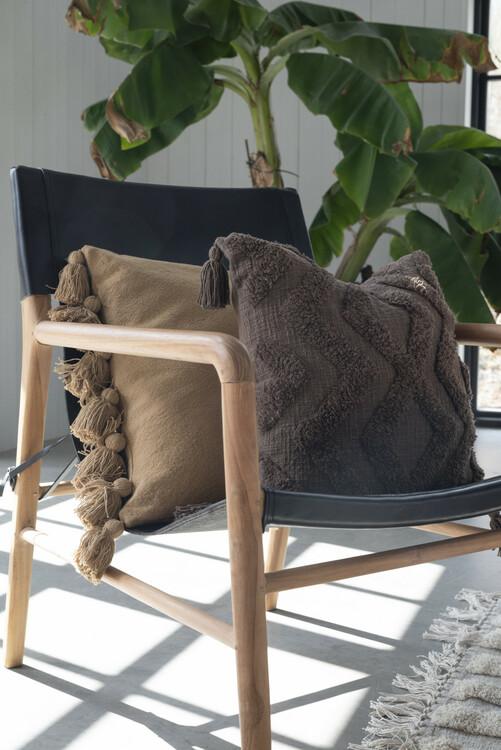 Nougatfärgat Kuddfodral med snyggt tuftat mönster och dekorativa tofsar i hörnen