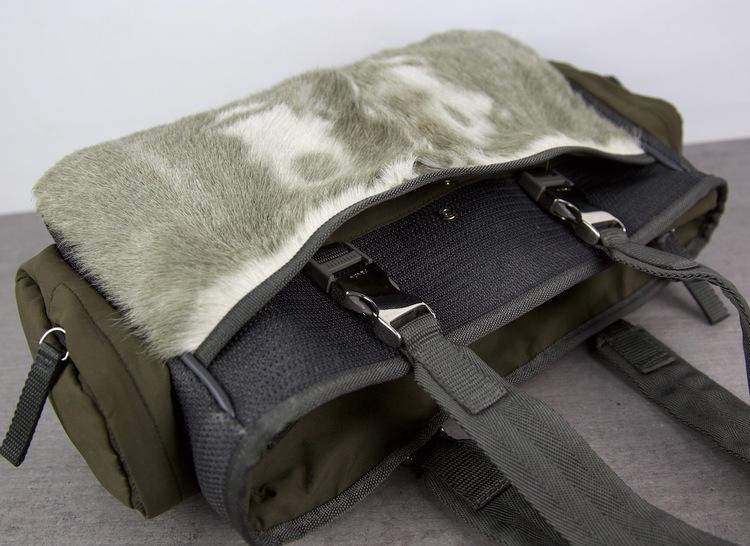 PRADA Nylon Väska med Päls