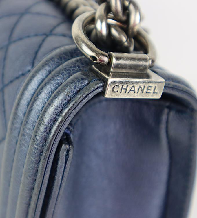 Chanel Blue Caviar Leather Medium Boy Bag med kvitto